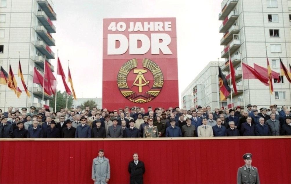 In oktober 1989 werd het veertigjarig bestaan van de DDR nog groots gevierd. Erich Honecker staat vooraan, in militaire uitrusting. (Foto: Wikimedia)