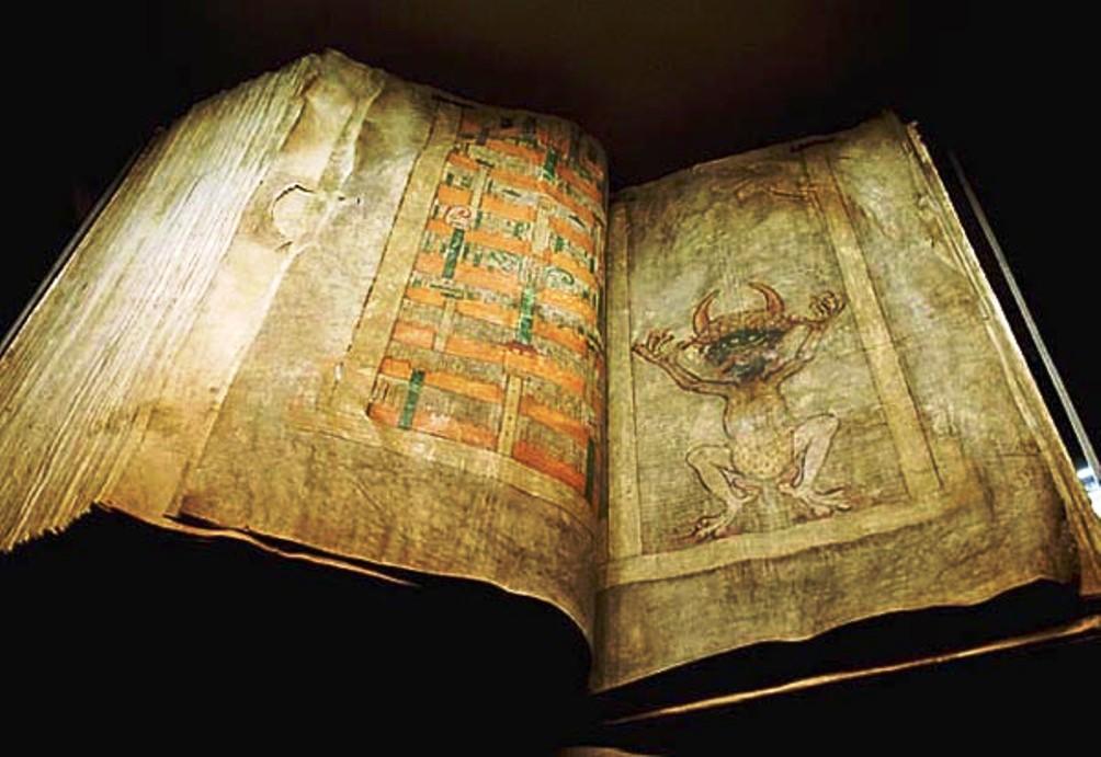 Het mysterieuze en omvangrijke boekwerk is half Europa doorgereisd en maakt sinds 1649 onderdeel uit van de Zweedse Koninklijke Bibliotheek in Stockholm. (Foto: Wikimedia)