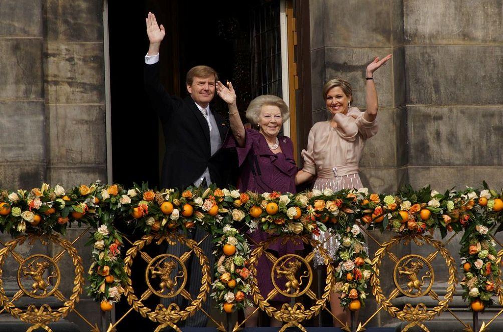 Koning Willem-Alexander, Prinses Beatrix en Koningin Maxima na de aankondiging dat Beatrix afstand van de troon heeft gedaan. (foto: Wikimedia / Floris Looijesteijn )