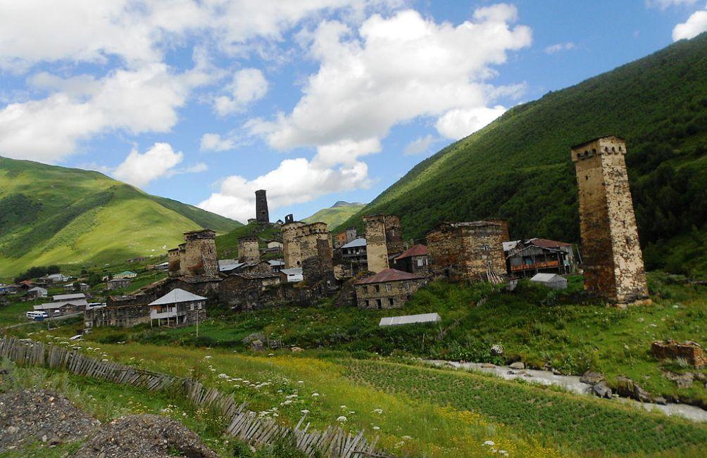 Het plaatsje Ushguli in de regio Mestia in Georgië. (foto: Wikimedia)