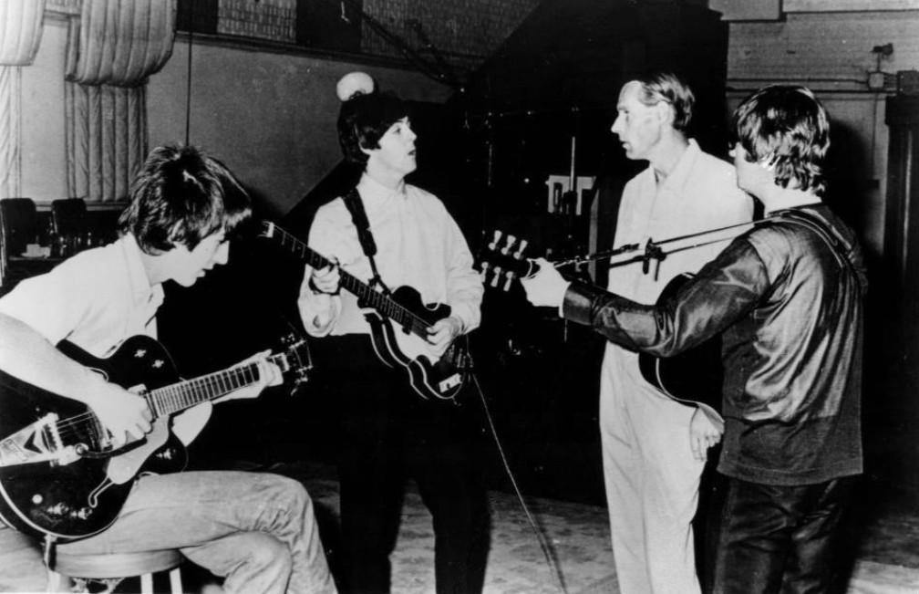 John Lennon, George Harrison en Paul McCartney samen met hun producer George Martin in de studio Abbey Road. (foto: Wikimedia)