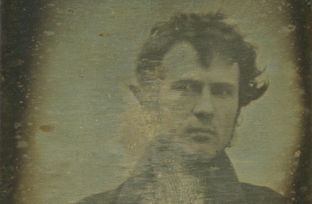 De eerste man op een foto was Robert Cornelius. De foto is gemaakt met een Daguerreotypie. (Foto: Wikimedia)