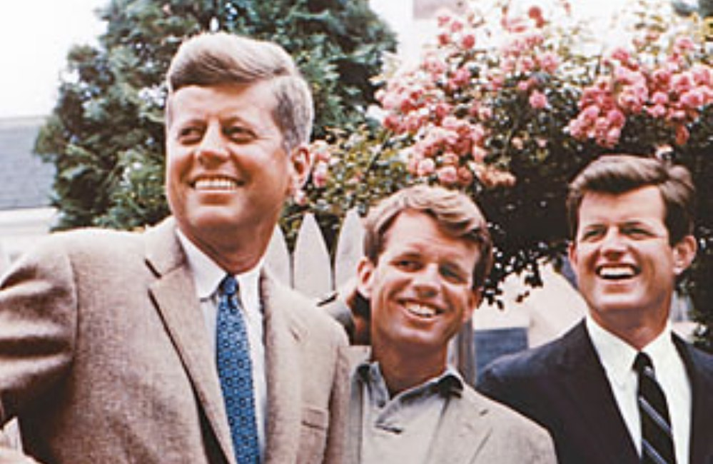 De mediagenieke broers Kennedy in 1960. John, Robert en Ted Kennedy. (foto: Wikimedia)