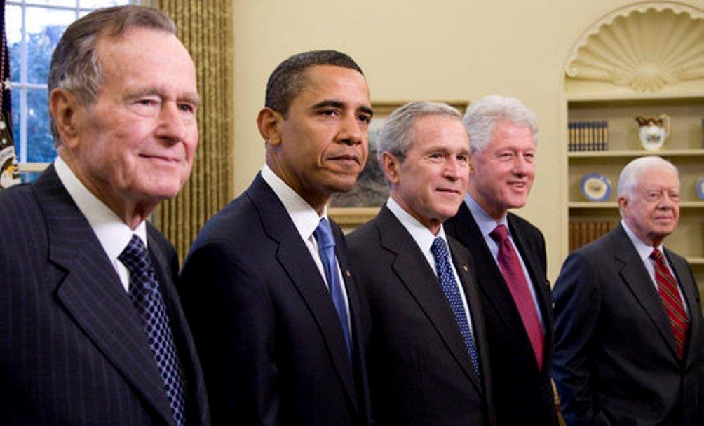 De Amerikaanse president Barack Obama in januari 2009 samen met George H.W. Bush, George W. Bush, Bill Clinton en Jimmy Carter. (foto: Wikimedia)