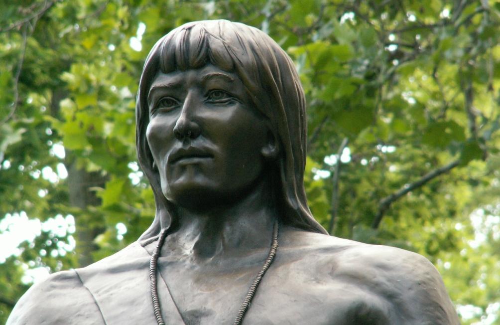 Tegenwoordig staat Tecumseh op de lijst van nationale helden van de VS en zijn er standbeelden voor hem opgericht. Dit standbeeld staat in Springfield, Missouri. (foto's: Cindy Funk en Andrew Deci).