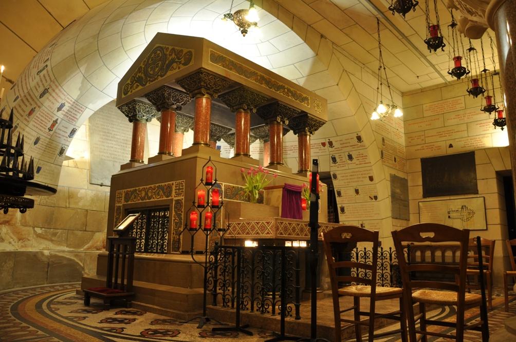 De tombe van Martinus van Tours in de crypte van de kathedraal van Tours.