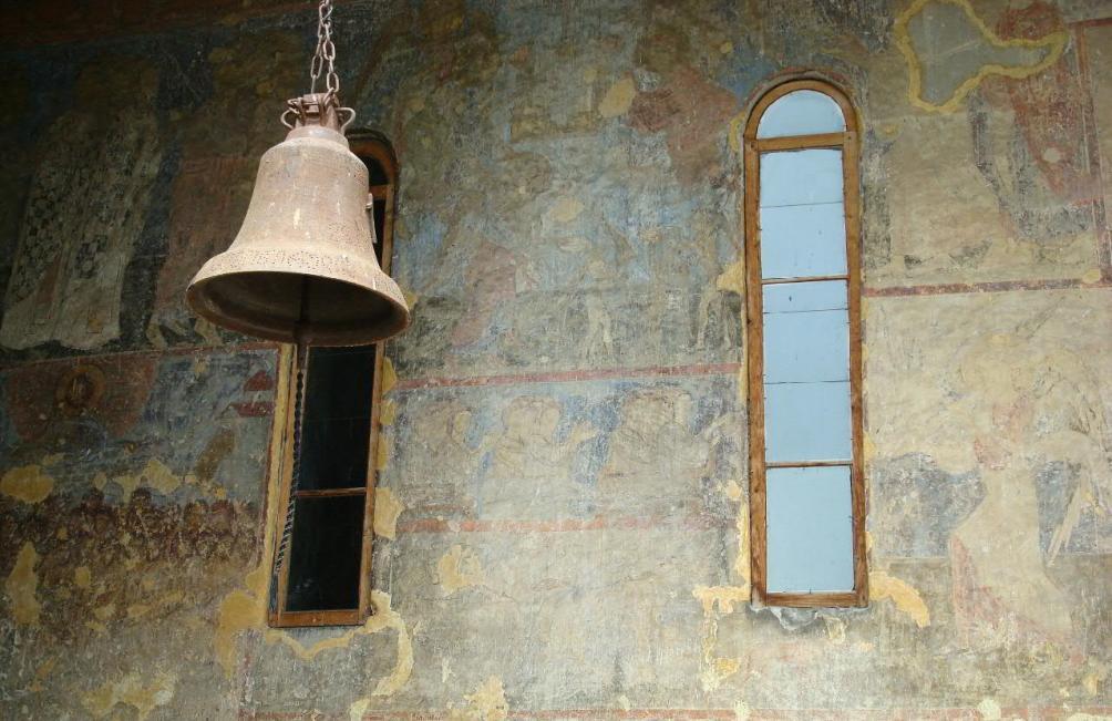 De monniken die in het klooster van Vardzia leven luiden deze klok iedere ochtend. (foto: Wikimedia)