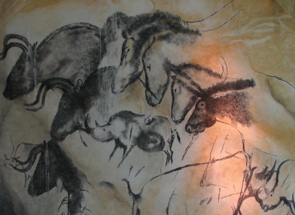 De beroemde rotsschildering 'Panel of Horses', met rechtsboven vier galopperende paarden, en daaronder twee vechtende neushoorns. Links zijn bizons afgebeeld. (Foto: Wikimedia)