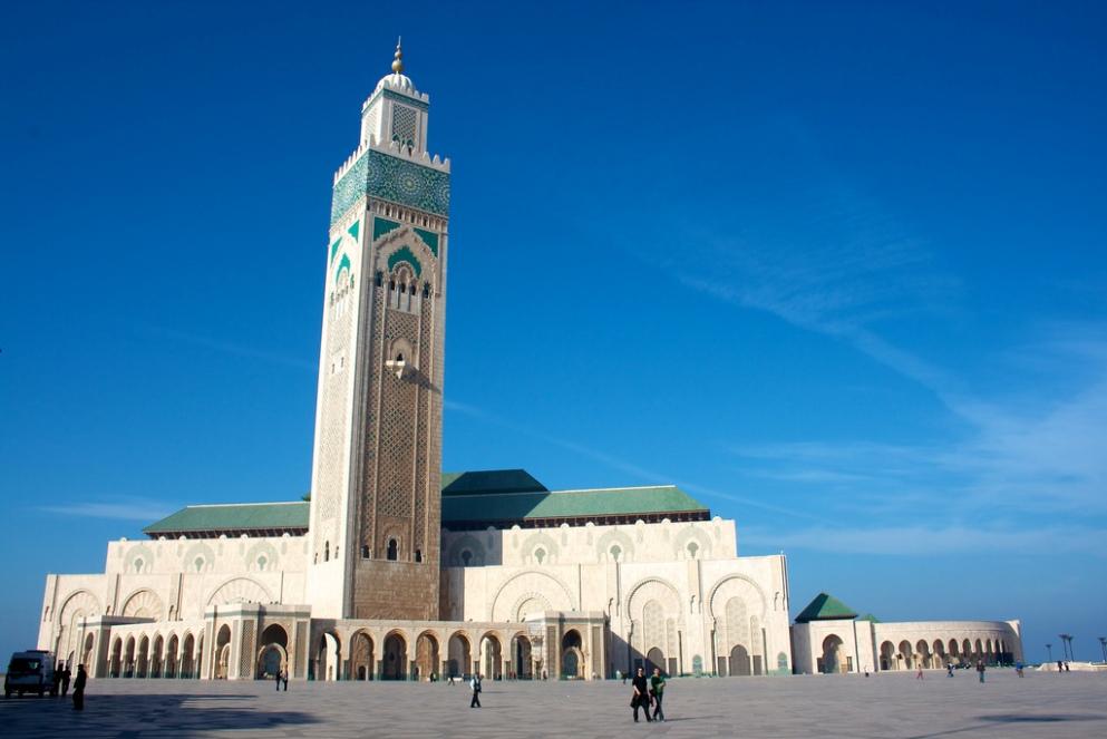 De Hassan-II Moskee met zijn imposante minaret.