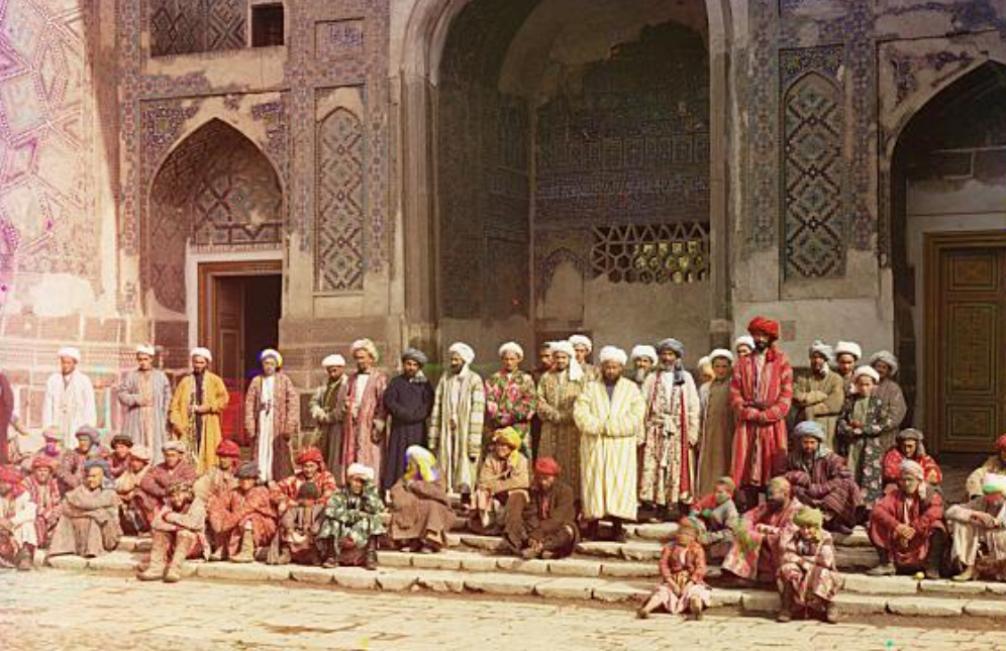 Groep mannen op het centrale plein in Samarkand, Oezbekistan (foto: Library of Congress)