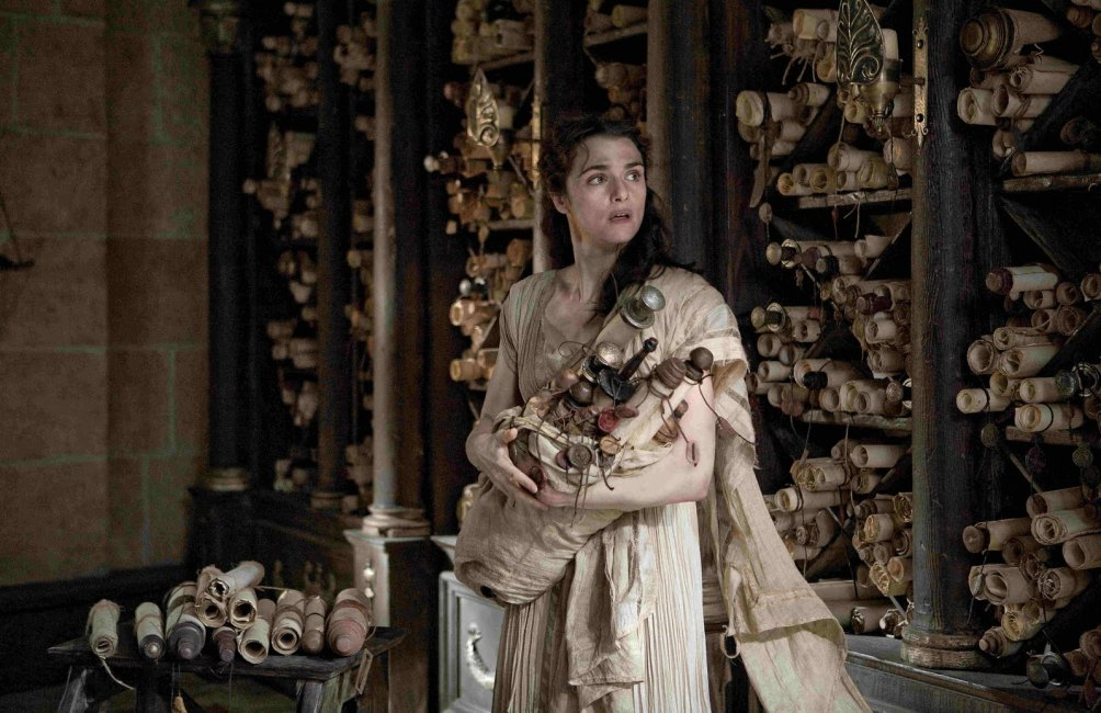 Beeld uit de film Agora. Hypatia, een vrouwelijke wiskundige, filosoof en astronoom uit de vierde eeuw, in een bibliotheek vol papyrus rollen.