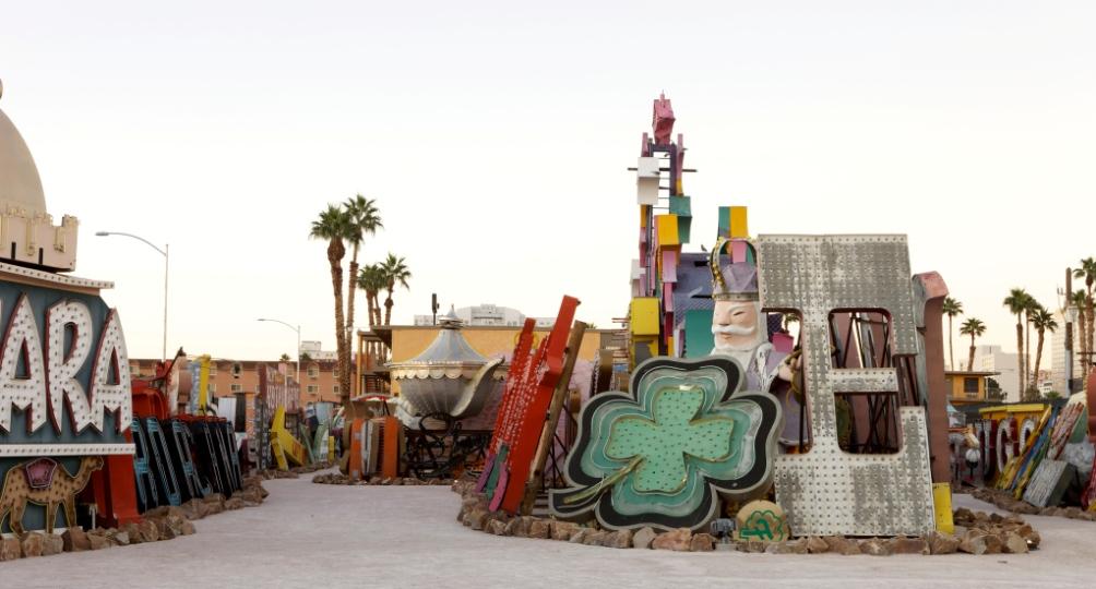 Afgedankte neonverlichting van de Glitter Gulch en de Strip wordt bewaard en tentoongesteld op de Neon Boneyard van het Neon Museum (Foto's: Neon Museum Las Vegas)