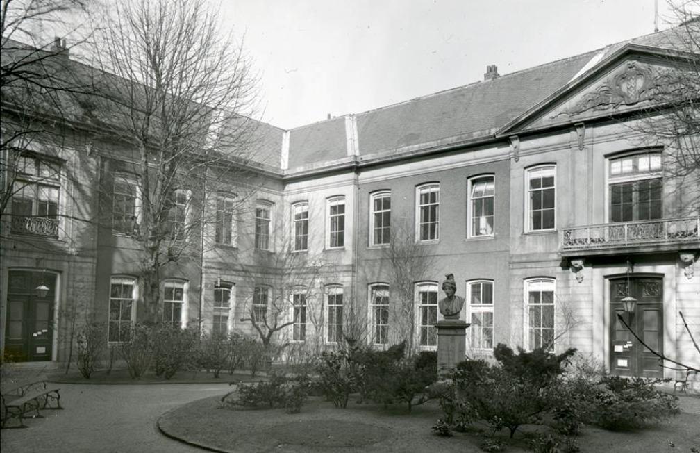 De Oudemanhuispoort, één van de hoofdlocaties van de Universiteit van Amsterdam. (foto: Wikimedia)