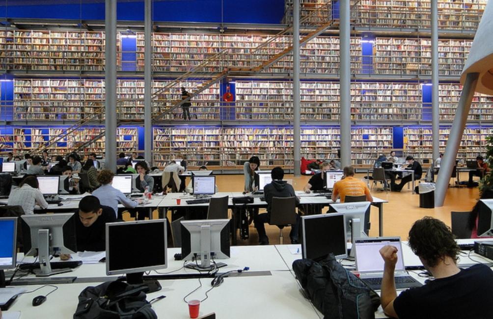 De huidige generatie studenten, aan het werk in het Library Learning Centre van de TU Delft (april 2011). In de boekenkasten staan ca 50.000 boeken. Dit zijn de meest geraadpleegde boeken uit de collectie. (Foto: Flickr Commons)