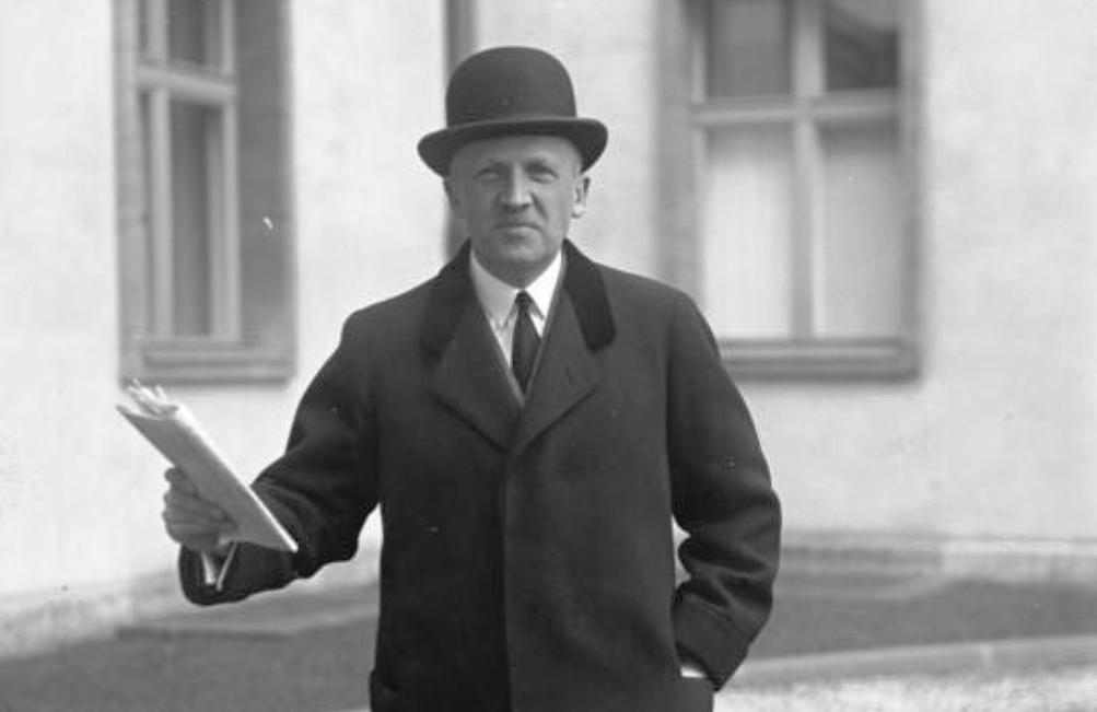 Kurt von Schleicher verlaat als nieuwe rijkskanselier het presendentieel paleis. (foto: Wikimedia)