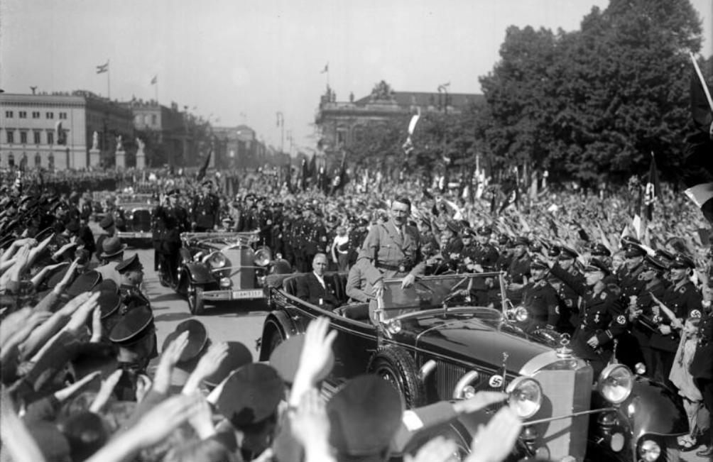 Adolf Hitler laat zich als nieuwe rijkskanselier toejuichen bij de nationale 1 mei-viering van 1933. Achterin de auto zit vicekanselier Franz von Papen (foto: Wikimedia).