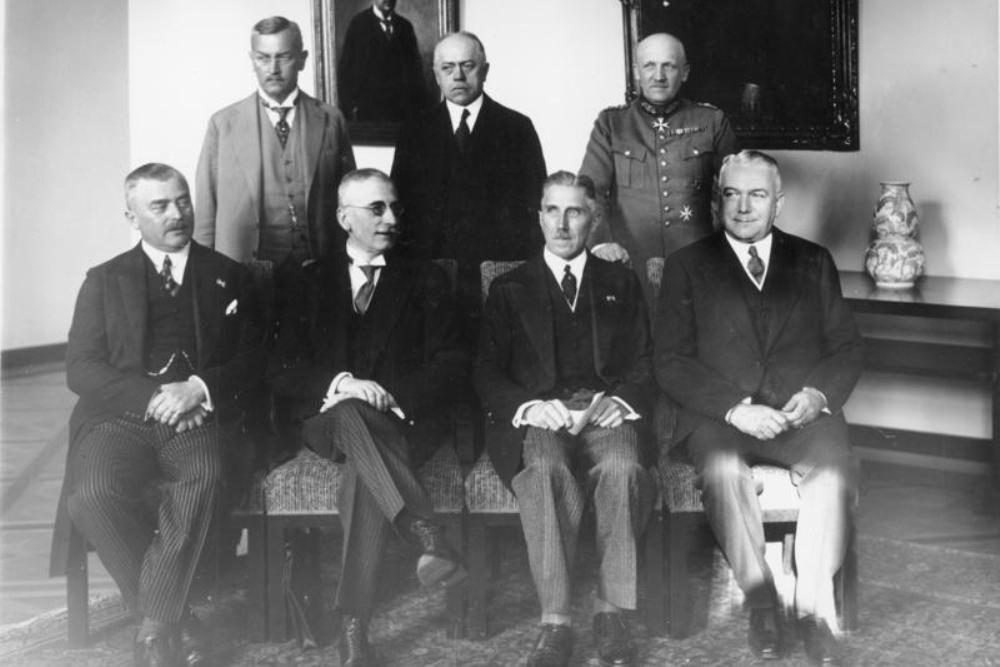 Het kabinet-Von Papen bij zijn aantreden in juni 1932, met rechtsachter Kurt von Schleicher. De tweede van rechts op de voorste rij is rijkskanselier Franz von Papen (foto: Wikimedia).