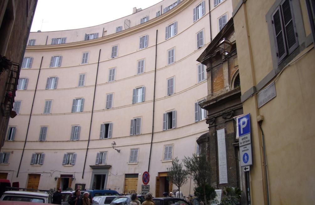 In het moderne Rome is dit alles wat rest van het theater: Appartementen aan de Via di Grottapinta zijn gebouwd op de fundamenten van het theater. Dit verklaart de ronde vorm van het complex. (Foto: Wikimedia)
