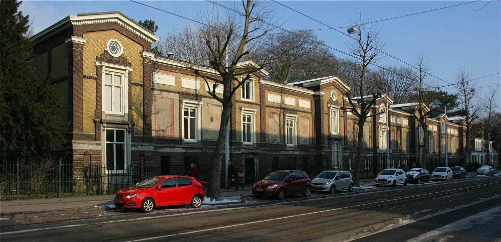 Aan de gevel van de bibliotheek is niet te zien dat het gebouw in verschillende perioden is gebouwd (foto: Cas Nagtzaam)