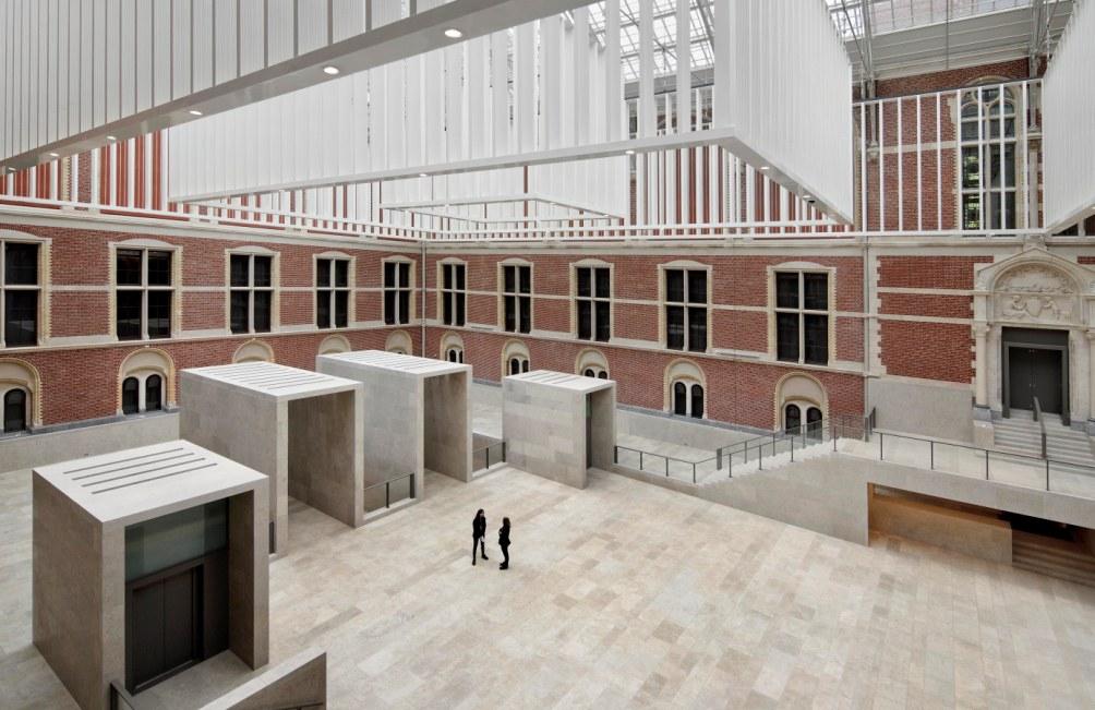 Het Atrium, waarin de oorspronkelijke architectuur van Cuypers en de nieuwe architectuur van Cruz y Ortiz elkaar tegenkomen. (foto: Pedro Pegenaute)