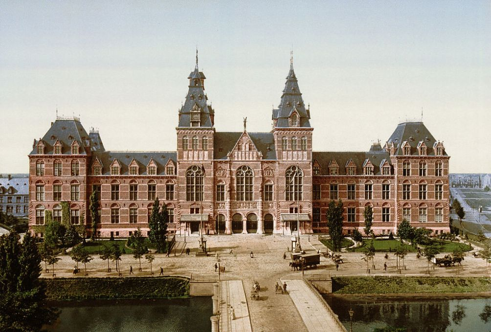 Het Rijksmuseum opende in 1885 haar deuren in het nieuwe pand naar ontwerp van P.J.H. Cyypers. Deze ansichtkaart komt uit 1895. (Foto: Wikimedia)