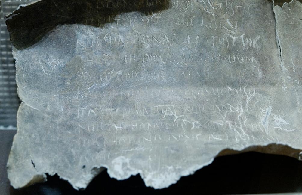 Foto van een vervloekingstablet uit de eerste eeuw na Christus, welke vlak bij Rome is gevonden. Voor een transcriptie van de tekst klik hier. (Foto: Wikimedia)