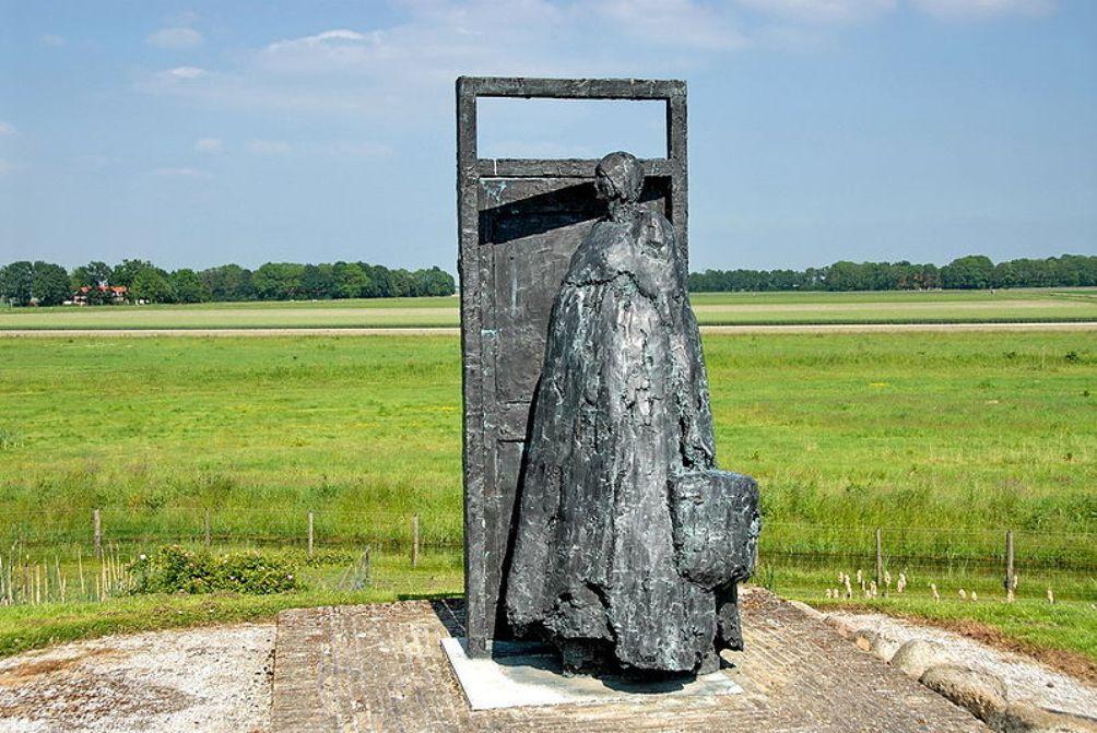 Dit bronzen beeld genaamd 'Geen weg meer terug' verbeeldt de ontruiming van Schokland. (foto: Wikimedia)