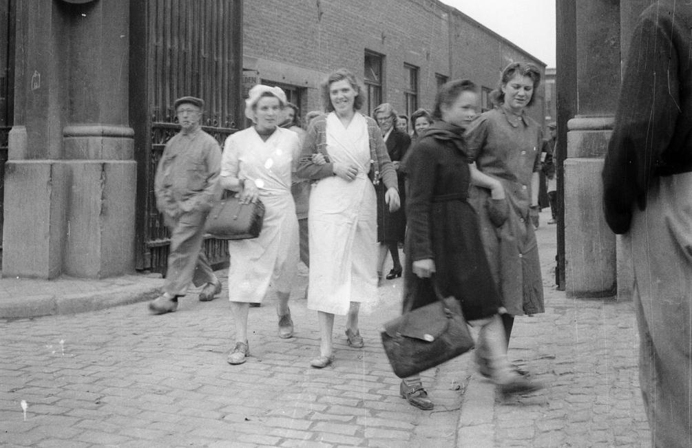 Vrouwen verlaten de aardewerkfabriek Sphinx in Maastricht in 1950 (foto: Geheugen van Nederland / Dolf Kruger)