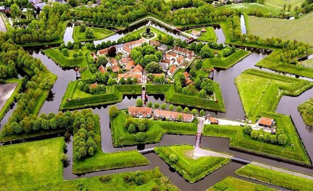 De vesting van Bourtagne  vanuit de lucht. (foto: Wikimedia)