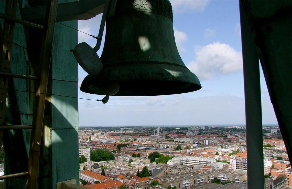 Klok van carillon in de Haagse Toren. (foto: Wikimedia / Roel Wijnants)