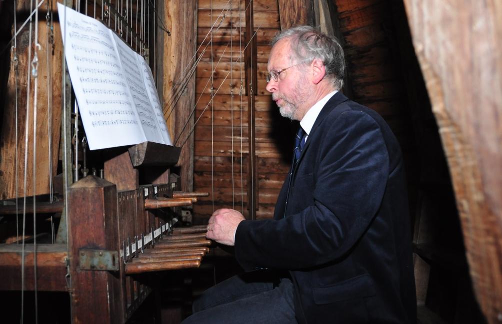 Universiteitsbeiaardier Jan Willem Achterkamp bespeelt het carillon op Nyenrode Business Universiteit in Breukelen. (foto: Helm Horsten)