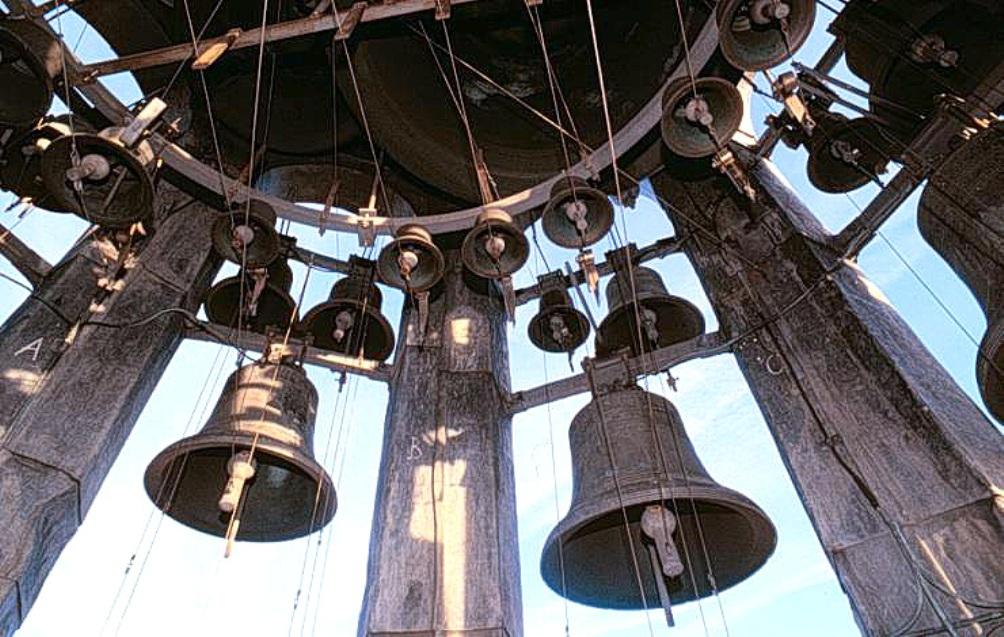 De klokken van het Hemony-carillon in de Munttoren te Amsterdam. (foto's: Wikimedia)