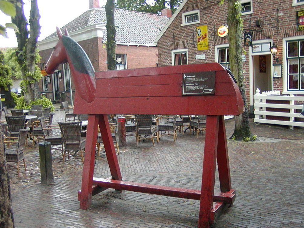 Strafpaard, werd gebruikt voor het straffen van militairen tot ver in de 18e eeuw. Het paard had een open rug.  De militair moest erop plaats nemen en soms werden zijn voeten verzwaard met zandzakken. (foto: Femke Knoop)