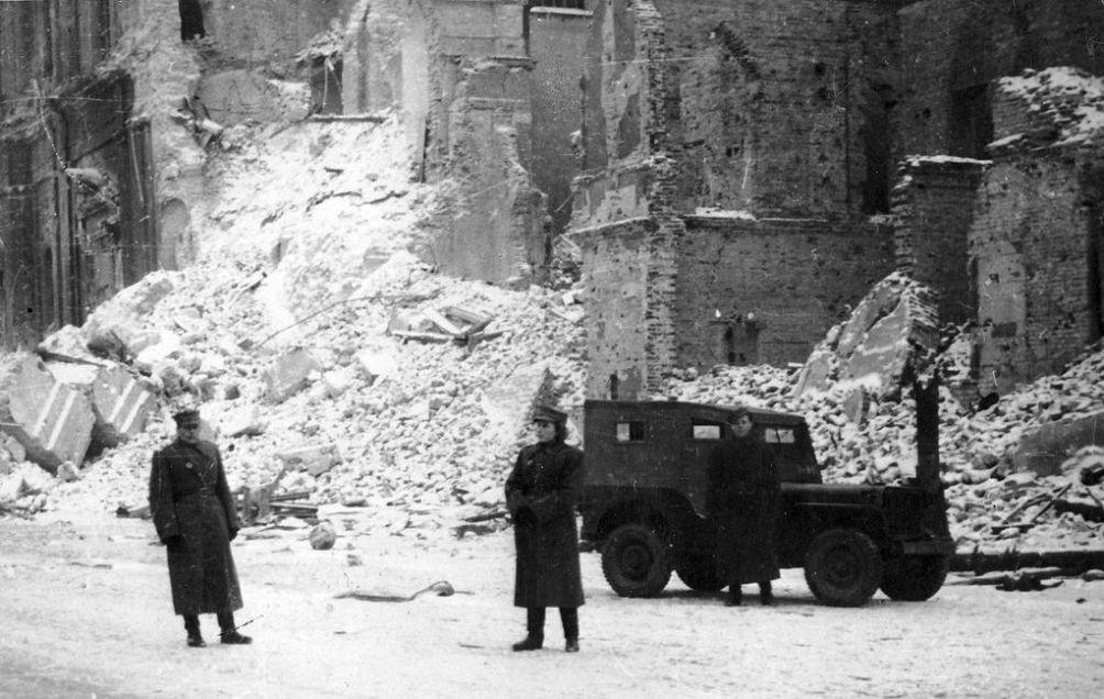 Toen de Sovjets in januari 1945 Warschau innamen, troffen zij een totaal verwoeste stad aan (foto: Wikimedia)