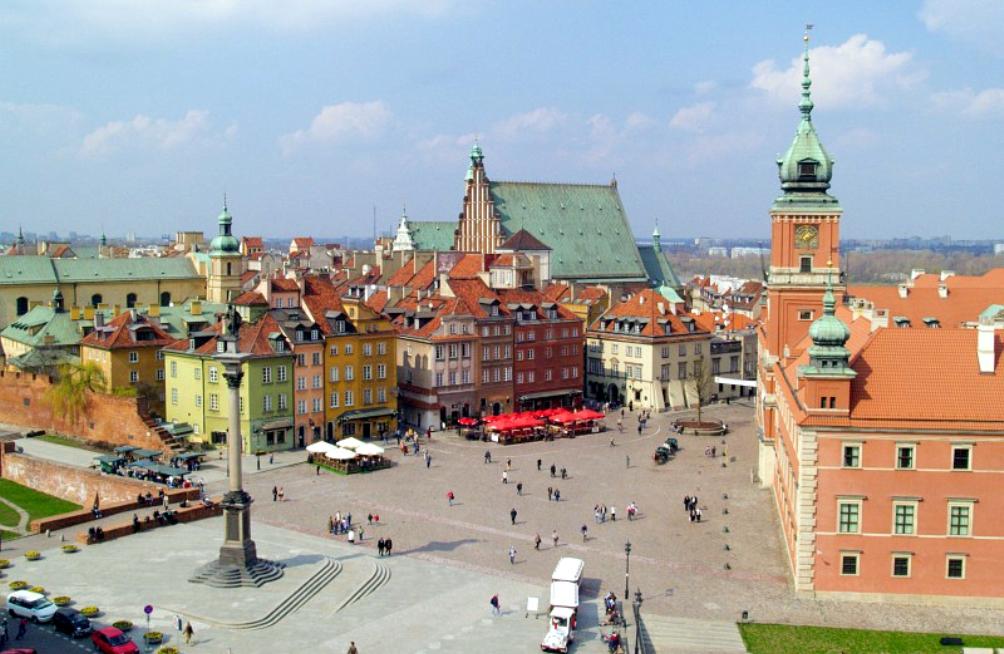 Het marktplein van de oude stad van Warschau werd na de oorlog in oude luister hersteld (foto: Wikimedia)