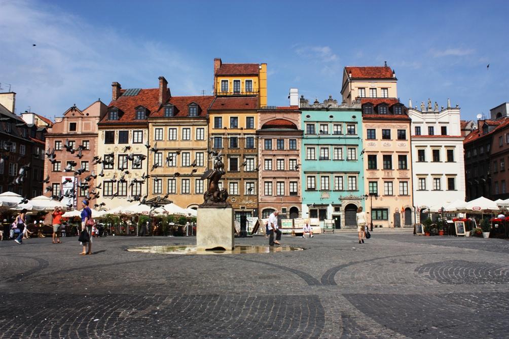 et marktplein van de oude stad van Warschau werd na de oorlog in oude luister hersteld (foto: Wikimedia)