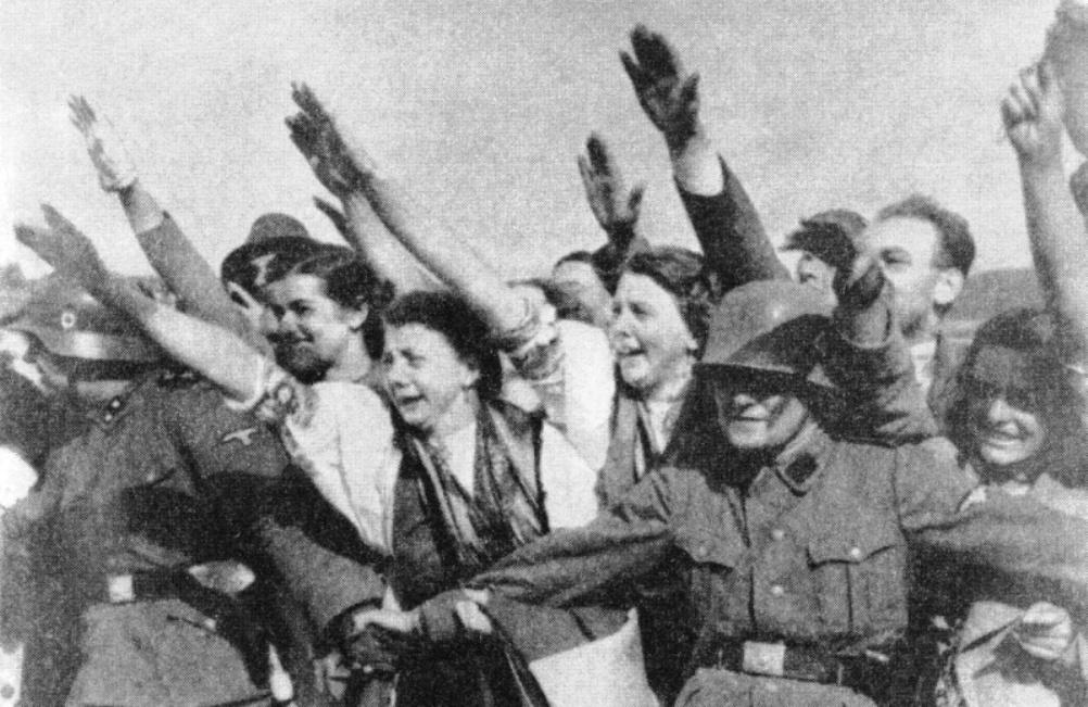 De Duitse bevolking van Sudetenland was blij met de annexatie. Duitse Sudetenvrouwen verwelkomen Hitler bij zijn bezoek aan Sudetenland in oktober 1938. (foto: Wikimedia)