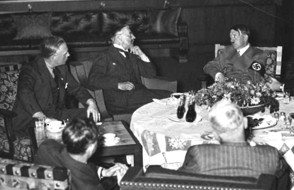 De besprekingen van 29 september 1938 duurden tot diep in de nacht. Van links naar rechts: Von Ribbentrop (Duits minister van buitenlandse zaken), Chamberlain en Hitler. (foto: Wikimedia)