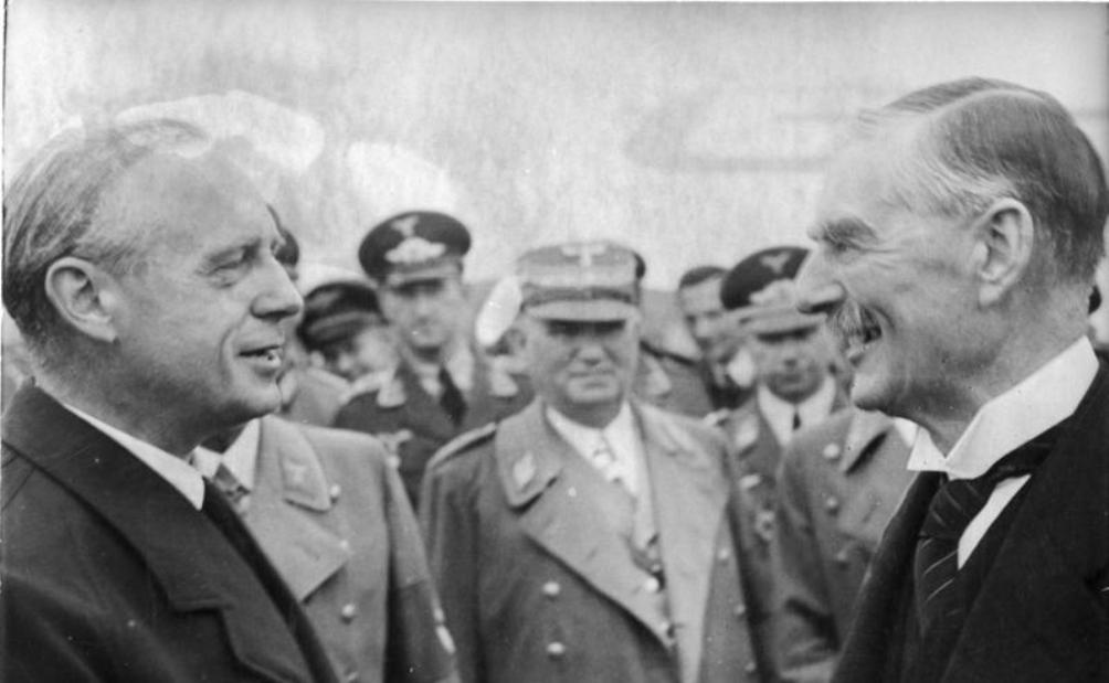 Chamberlain neemt op de luchthaven van Keulen afscheid van von Ribbentrop. Hij is ervan overtuigd een nieuwe oorlog te hebben afgewend. (foto: Wikimedia)