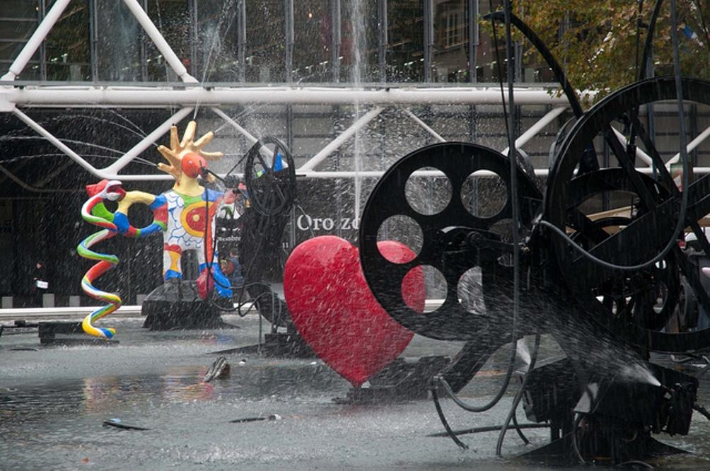 De Stravinsky fontein in werking; een spel van klank, kleur en water. (foto: Flickr)