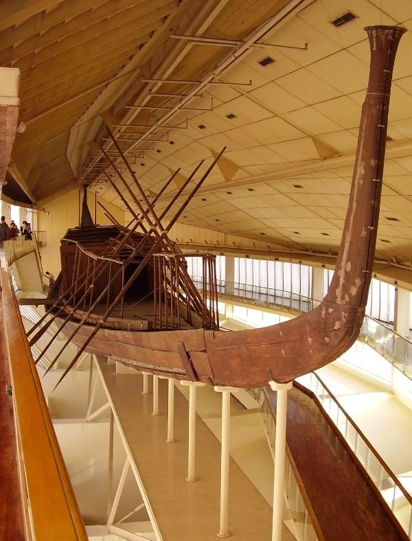 De zonneboot van Cheops. In deze boot zou de farao zijn reis naar het hiernamaals maken (foto: Linda Moerman)