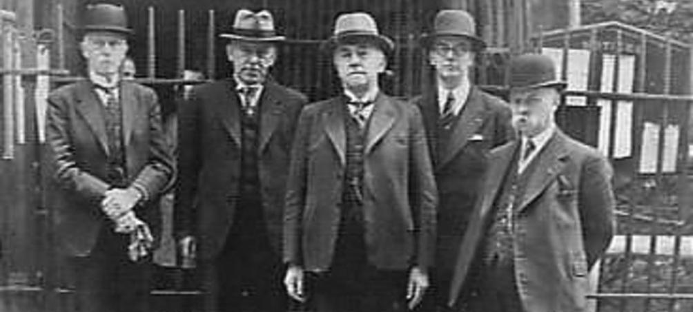 Het Nederlandse kabinet in mei 1940 voor de Nederlande kerk in Austin Friars in London, Engeland (vlnr) D.J. de Geer, H. van Boeijen, G. Bolkestein, Y.R.M. van Angeren en P.S. Gerbrandy (foto: Nationaal Archief)
