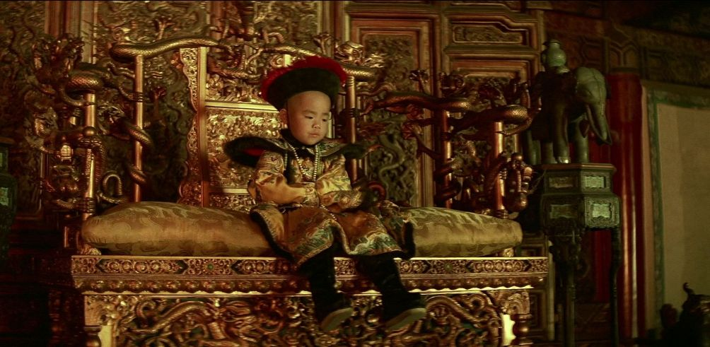 Keizer Piyu op zijn troon in de film The Last Emperor. (foto: Columbia Pictures)