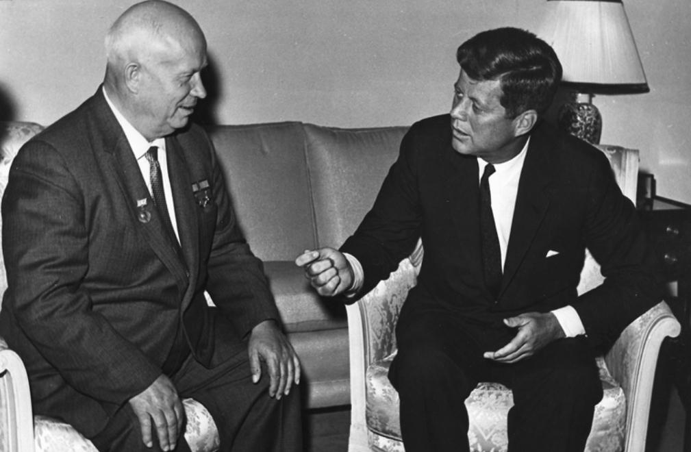 Op 3 juni 1961 ontmoeten Kennedy en Chroesjtsjov elkaar in Wenen. (foto: U. S. Department of State in the John F. Kennedy Presidential Library and Museum, Boston)