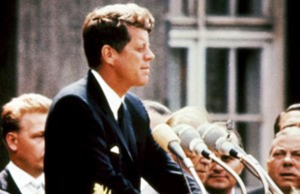 John F. Kennedy geeft zijn Ich bin ein Berliner speech in Berlijn. (foto: Wikimedia)