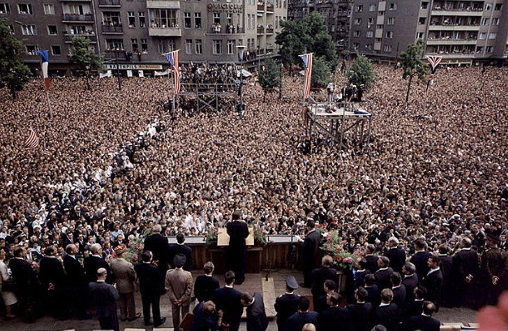 Het publiek voor het Raadhuis tijdens Kennedy's speech in Berlijn (foto: The John F. Kennedy Presidential Library and Museum, Boston.)