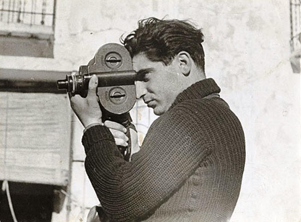 Robert Capa aan het werk in Spanje met een Eyemo 16mm film camera. (Foto: Gerda Taro)