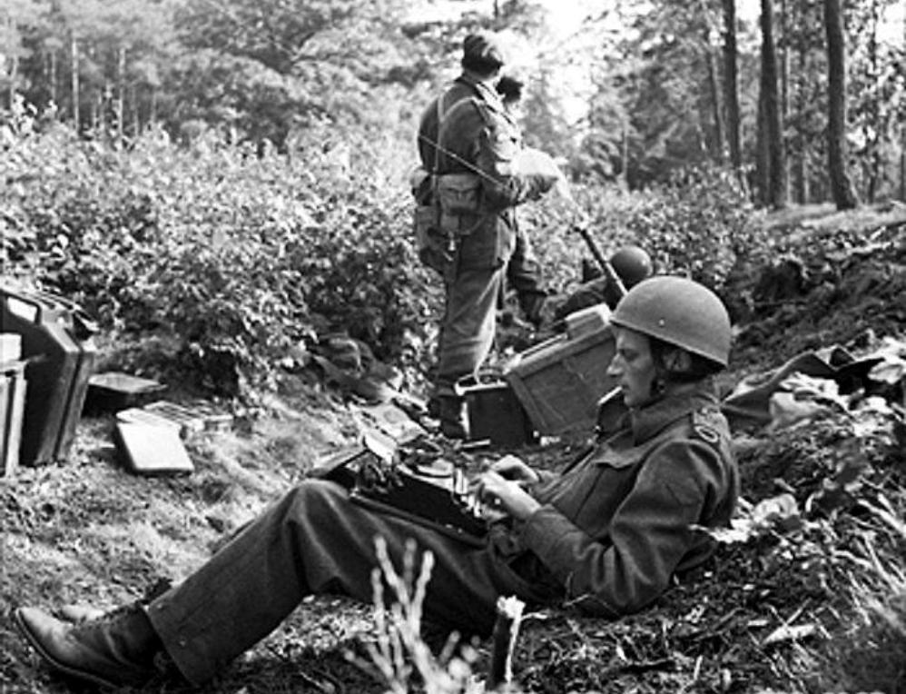 Oorlogscorrespondent Alan Wood zet op 18 september 1944 zijn bevindingen op papier. Wood speelt mee in de film. (foto: Imperial War Museum)