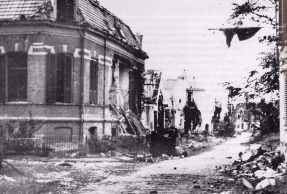 Beschadigde gebouwen in de Weverstraat in Oosterbeek enkele maanden na september 1944. De film werd hier tussen de gebouwen opgenomen. (foto: pegasusarchive.org)