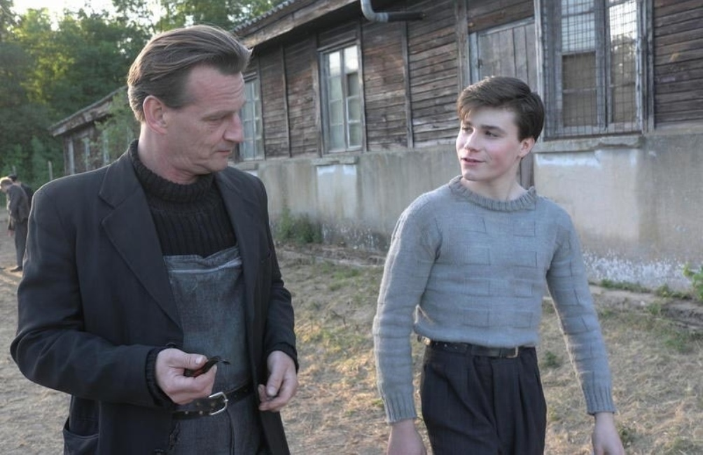 Beeld uit de film 'La mer a l'aube' uit 2011. Rechts: het personage van Guy Môquet gespeeld door Léo-Paul Salmain. (foto: Provobis Film)
